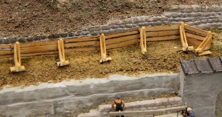 08.08.2013   Die Holzböcke selbst sind mit Muniereisen im Erdreich verankert.
