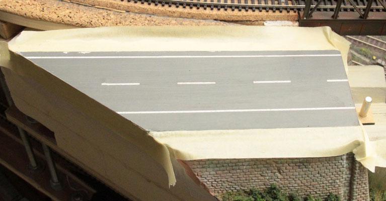 02.09.2012   Der seitliche Straßenrand wurde genau seinem Verlauf folgend mit Kreppband ab geklebt.