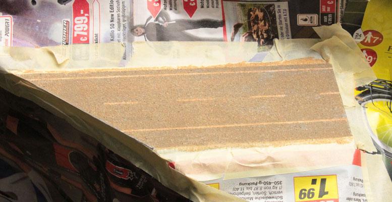 02.09.2012   Alle losen Sandkörner wurden abgesaugt und die Fläche nochmals mit Schleifpapier geglättet und wiederum abgesaugt.