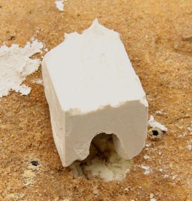 25.08.2013   Übrig blieb ein Gipsklotz in der gewünschten Form und Größe. Der Eingang war schon in der Form mit einem Stück Pappkarton ausgespart worden.