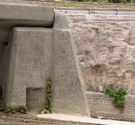 14.10.2012 Nachdem die neue Stütze, wie auch der vorhandene Brückenpfeiler einen neuen Überzug in Betonoptik erhalten haben, sieht das Detail dann so aus.