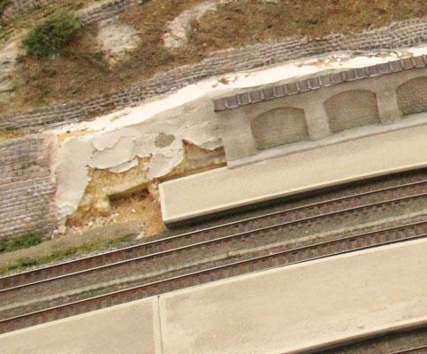 07.07.2013   Zwischen der Sandstein- und der Arkadenmauer klaffte noch ein Loch, welches mit einem neuen Detail geschlossen werden sollte.  Dieses Detail sollte eine Verbindung zwischen beiden Bauwerken bilden und gleichzeitig eine Trennung darstellen.