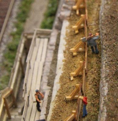 08.08.2013   Ein Bauarbeiter mit geschulterter Schippe zwängt sich gerade durch das verbliebene Gässchen.