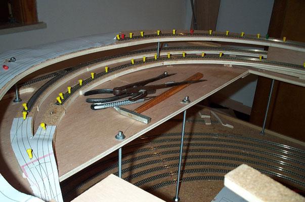 """18.11.2007   Die obere 180°-Kurve vor der Bahnhofseinfahrt. Die beiden vorderen Schienenstränge der mittleren Ebene vereinen sich zur eingleisigen Strecke in Richtung """"Johannesberg"""". Die hintere Schiene führt zur Bahnhofseinfahrt """"Charlottenthal Ost."""""""