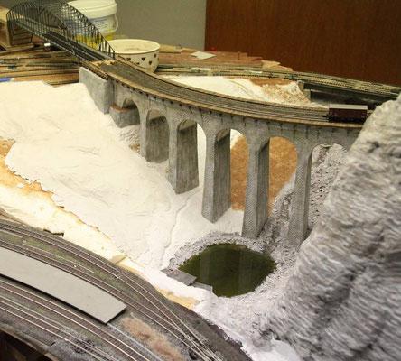 08.05.2011   Das Gelände wird mit der additiven Baumethode weiter angeglichen.