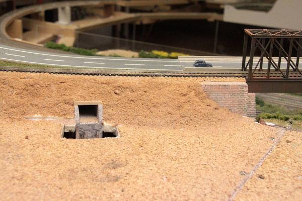 04.08.2012   Auch die für den Einschub des Bauteiles erforderliche Bodenplattenöffnung kann nun wieder geschlosssen werden.