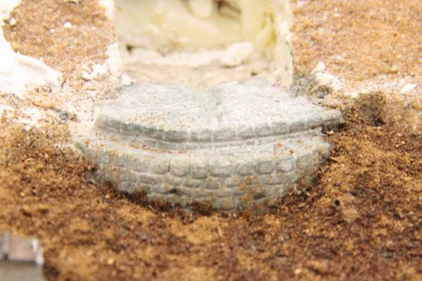 31.08.2013  Als Fundament des fertigen Rohlings, der ein Brunnenhäuschen darstellen soll, wurde eine vorne gerundete Platte aus Gips gegossen und im eingebauten Zustand mit Stechbeitel und Messer geformt.