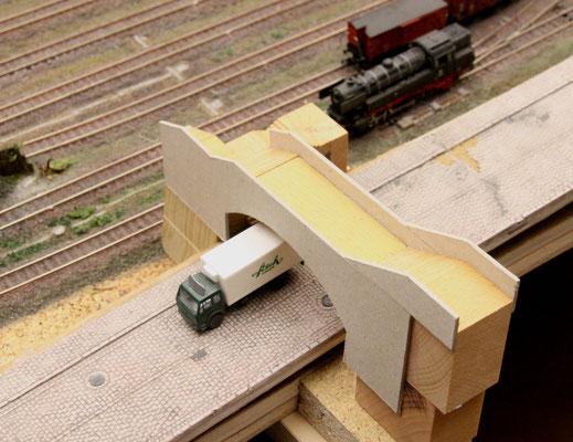 24.01.2014   Der nach oben überstehende Pappkarton bildet gleichzeitig die Brüstungsteile der Brücke.