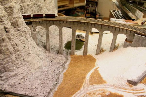 08.05.2011   Das Tal wird ausgeformt und bekommte eine Haftschicht aus  einem Leim-Sand-Gemisch.