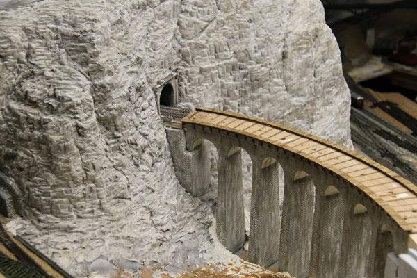 01.04.2011   Die seitlichen Bohlenwege des Viaduktes sind fertiggestellt.