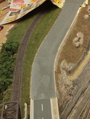 09.09.2012   Die Abdeckung des Umfeldes wurde entfernt und der Belag glattgeschliffen. Zu erkennen sind Ausbesserungsstellen in unregelmäßigen Formen.