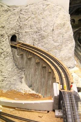 03.04.2011  Die Schienen sind nun endgültig auf dem Viadukt fixiert.