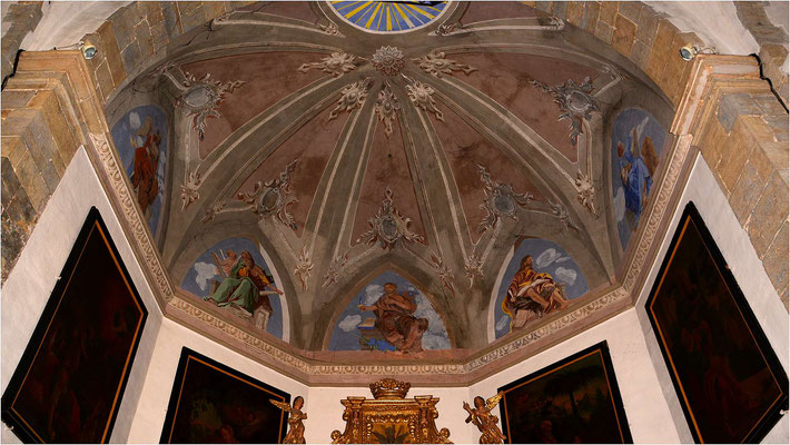 Plafond au-dessus de l'autel: St Barthélémy entouré par les Evangélistes
