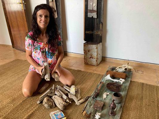 Katell Gélébart ergänzt meine Fundstücke um Mini-Collagen auf Treibholz