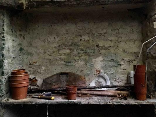 Ein Regal im alten Geräteraum im Originalzustand
