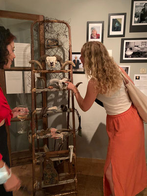 Ausstellungsbesucher an der Leiter-Stele