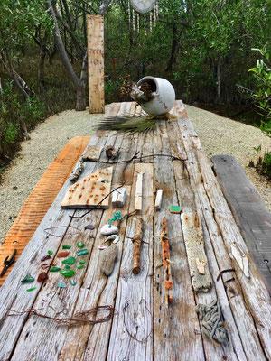 Die Sortierung der ersten Fundstücke – im Hintergrund die als Trägermedium gedachte Holzstele