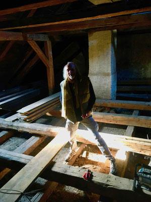 Ich auf den Balken des abgetragenen Bodens im Speicher