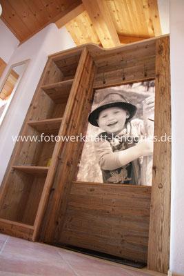 """Der """"Lausbub"""" als Raumtrenner; Holzkonstruktion angefertigt von Schreinerei Alois Gerg"""