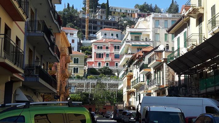 Nicht nur hügelig, wie im Piemont, sondern schon fast bergig