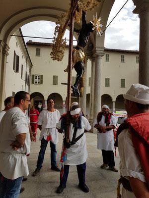 Jeder übt vor der Prozession das Tragen des Kreuzes.