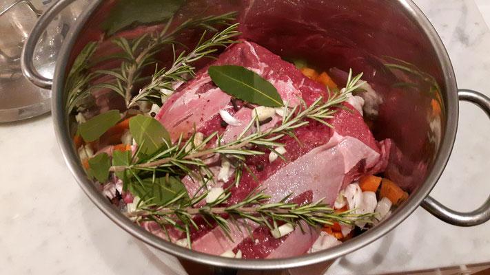 Der Costata di manzo wartet zusammen mit Gemüse, Gewürzen und Lardo auf das Bad