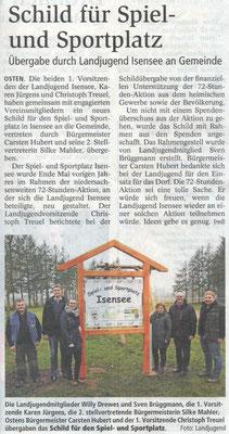 72-Stunden-Aktion 2015 - Übergabe Sportplatzschild (Quelle: NEZ 02.04.2016)