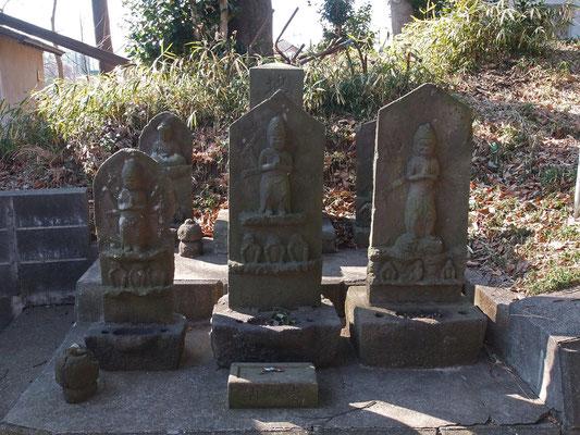 市沢町の熊野社には沢山の石仏がありますが三体とも1680建立の庚申塔です。