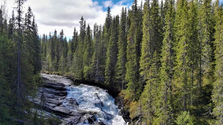 Der Ansättan bildet unterwegs beeindruckende Stromschnellen und Wasserfälle
