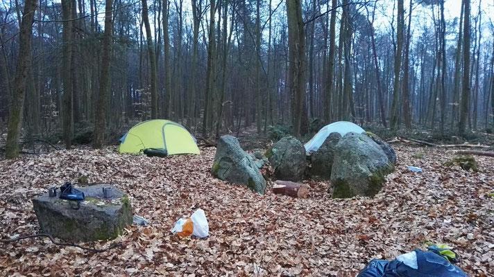 Nachtlager im verregneten Wald
