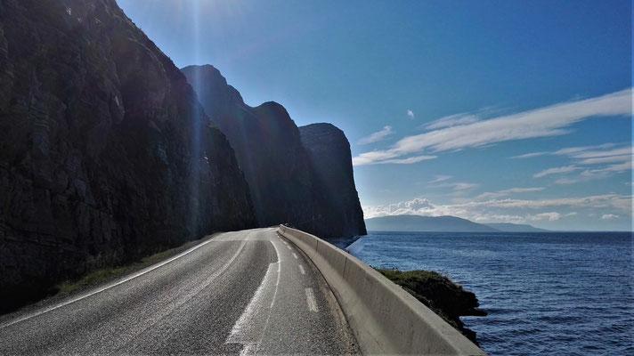 Berge bis dicht ans Meer, und deshalb auch immer wieder Tunnel - zu Fuß alles andere als angenehm