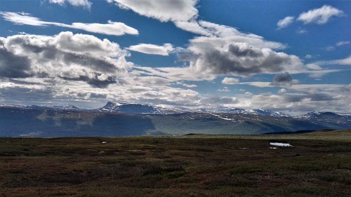 Hier haben sogar die Wolken genug Platz, um sich an den Bergen zu spiegeln