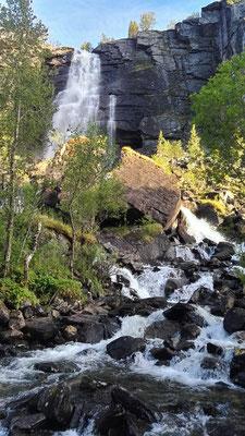 Ein Wasserfall nach dem anderen. Manchmal ist es gar nicht so leicht, über die umspülten Steine hinüber zu turnen