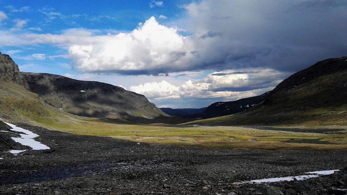 Zum Glück: beim Abstieg ins Tal verziehen sich die Wolken...