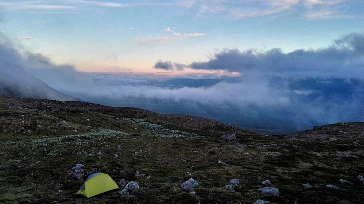 Nachts um halb zwölf: Mein Zelt mitten in den Abendwolken