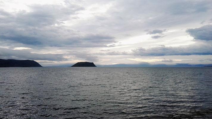 Der Morgenhimmel auf Magerøya bei unentschiedenem Wetter. Hinten im Dunst das Festland.