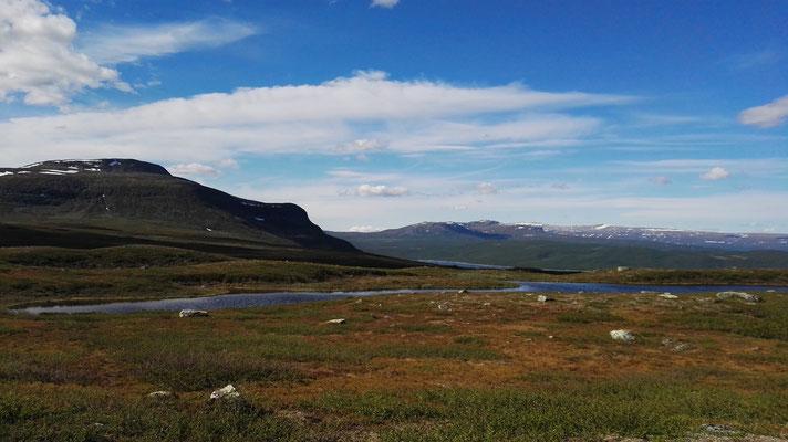 Irgendwo da hinter dem Berg ist der Polarkreis - ich kann es kaum glauben.