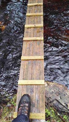 ...und manchmal abenteuerliche Wege übers Wasser.