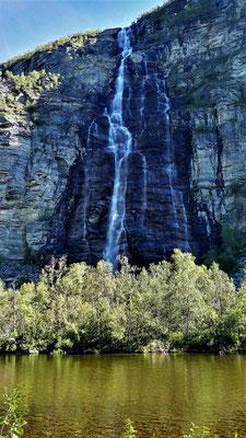 Und wieder ein Wasserfall, diesmal am gegenüberliegenden Ufer