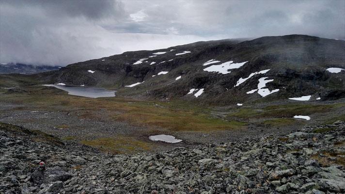 Blick vom Pass hinab ins Tal