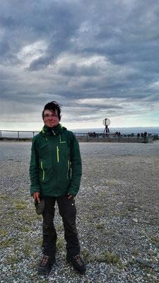 Ich mit der Nordkap-Kugel im Hintergrund