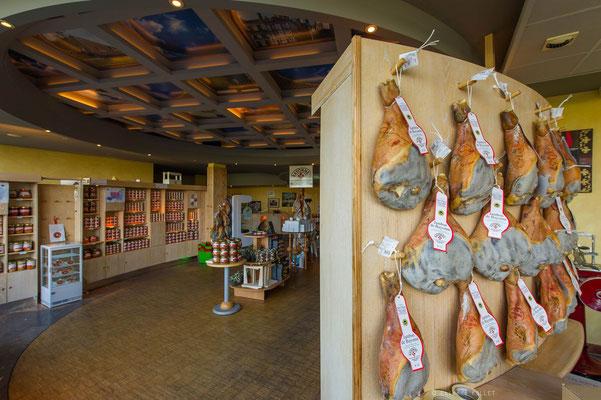 Maison Jambon bayonne produits locaux gastronomie tourisme nord bearn madiran credit photo Etienne Follet