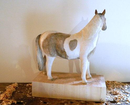 Pferdeskulptur aus Holz