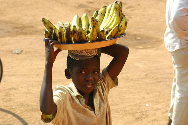 Kinderarbeit an der Bushaltestelle