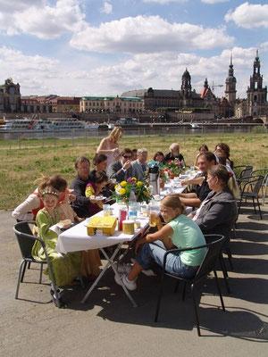 """Faires Kaffeetrinken mit """"Eine Lokalen Agenda für Dresden"""" am Elbufer für die Medien (Foto """"Eine Lokale Agenda für Dresden"""", N.N.)"""