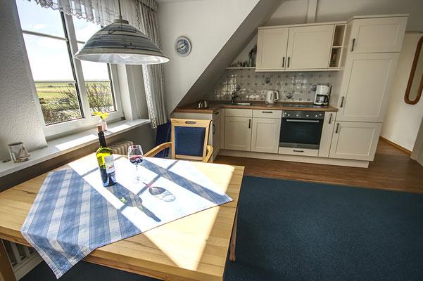 Esstisch und Küchenzeile in der Ferienwohnung Süderoog