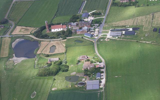 Luftaufnahme von der Alten Kirche und dem Friesenhof