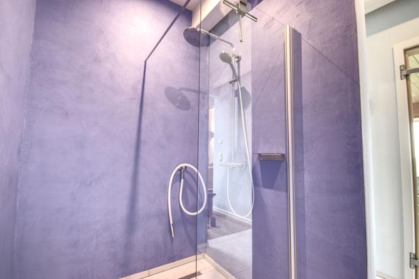 Dusche im Friesenhof-SPA mit edlen Mikrozement-Wänden