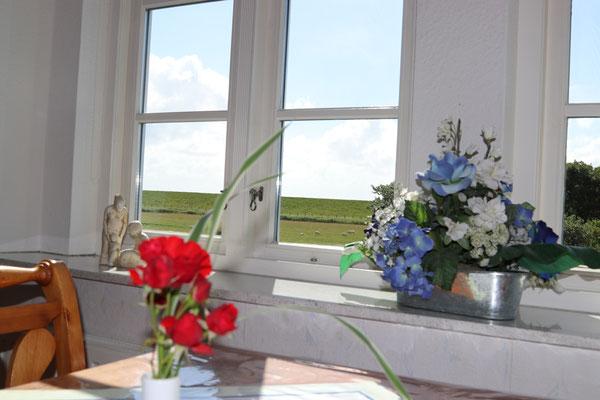 Esstisch in der Ferienwohnung Langeneß mit tollem Ausblick zum Deich