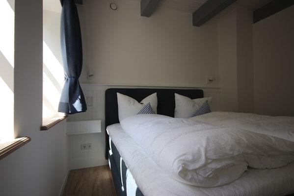 Schlafzimmer mit Box-Spring-Bett in der Ferienwohnung Schäfer's Loge